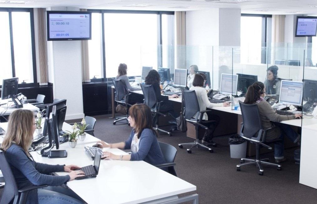 interior oficina con gente en Edificio Europa