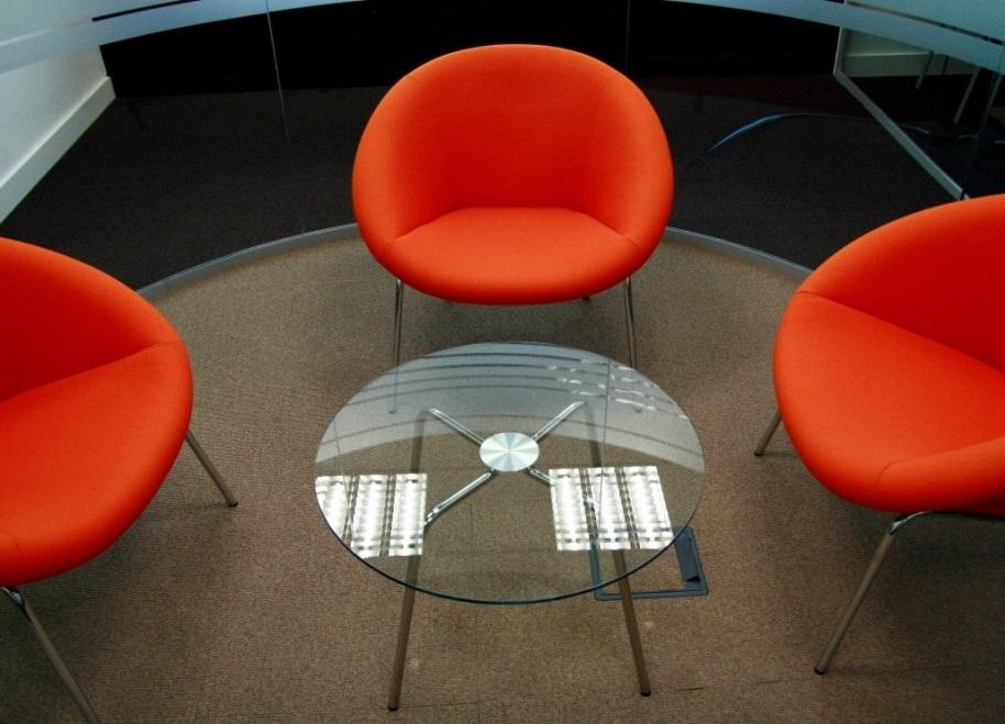 Detalle sillas naranjas Edificio Europa